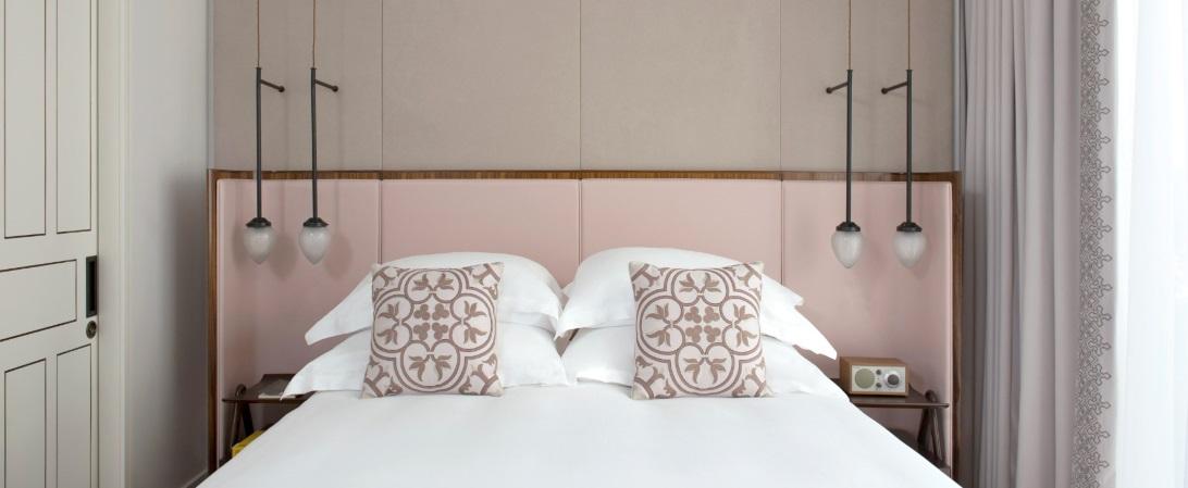 מיטה בחדר המלון